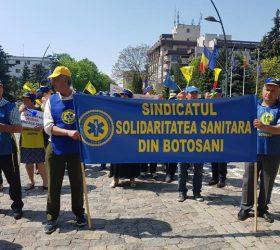 PROTEST: Zeci de angajați din sănătate au prostestat în fața Palatului Administrativ