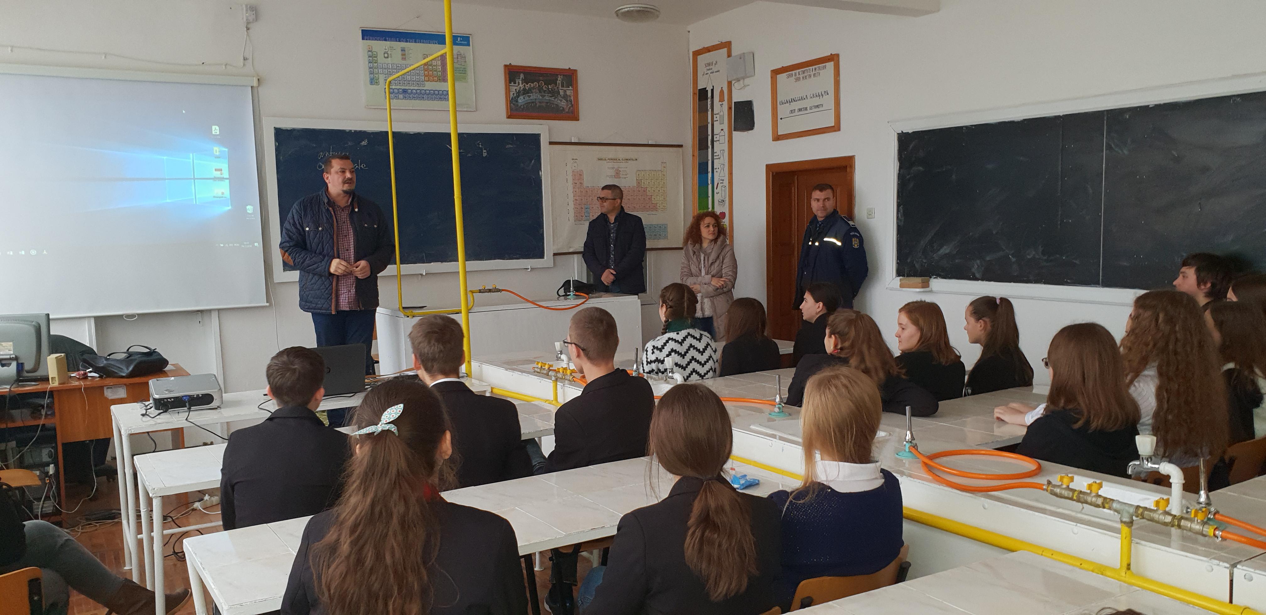 Sesiune de informare a elevilor Liceului Regina Maria Dorohoi susținută de polițiștii botoșăneni