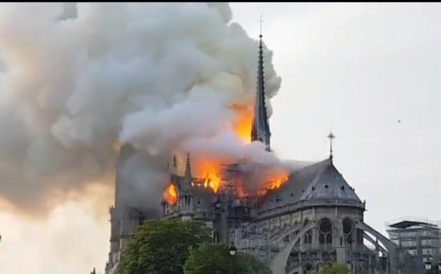 Incendiu urias la catedrala Notre Dame din Paris
