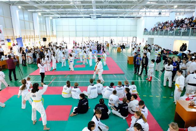 SAVENI:  Peste 400 de sportivi și o delegație ministerială la inaugurarea celei mai moderne săli de sport din județ – VIDEO/FOTO