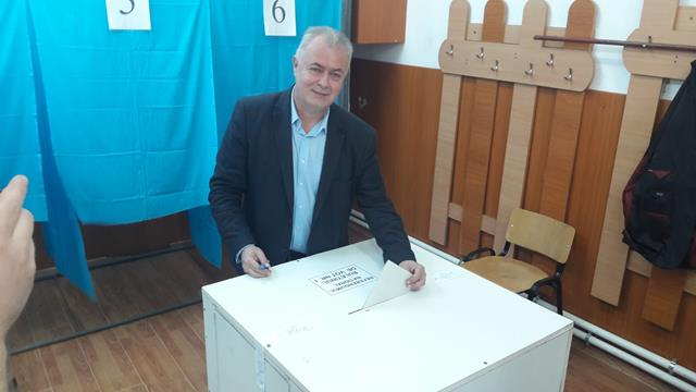 Primarul municipiului, Cătălin Flutur cu intreaga familie a votat la ora 11.00 la Liceul de Artă Ștefan Luchian