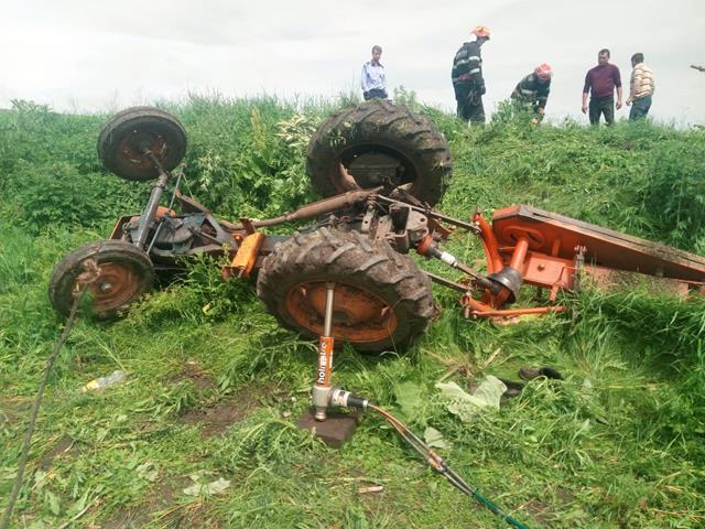 Salvat de pompieri, după ce s-a răsturnat cu tractorul
