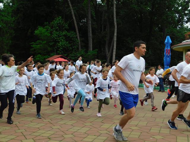 Peste 100 de botoşăneni au sărbătorit voia bună şi mişcarea în cadrul  Zilei Olimpice