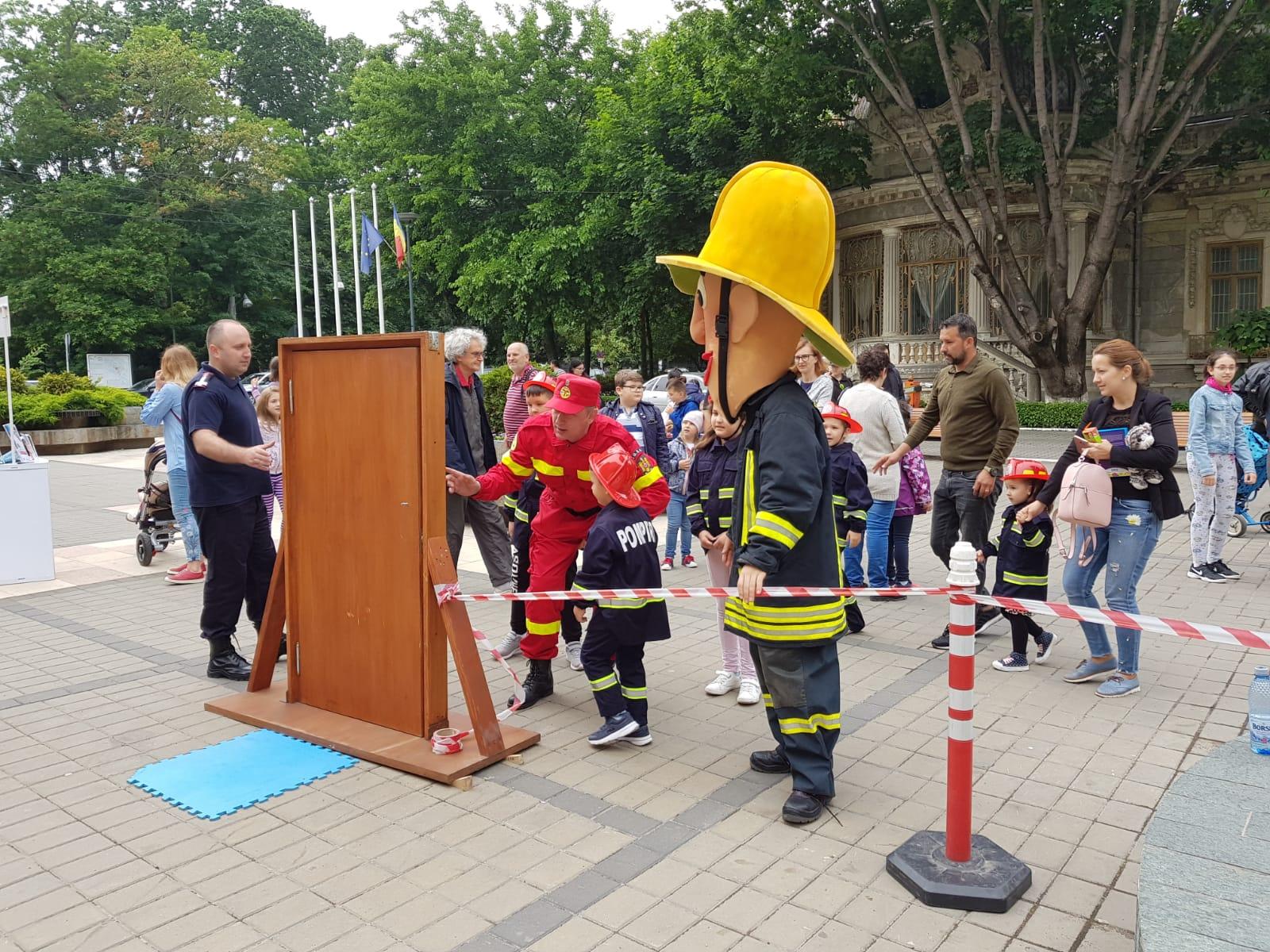"""Peste1000 de copilași au sărbătorit alături de pompieri si voluntari din cadrul programului național """"Salvator din pasiune"""" copilăria"""