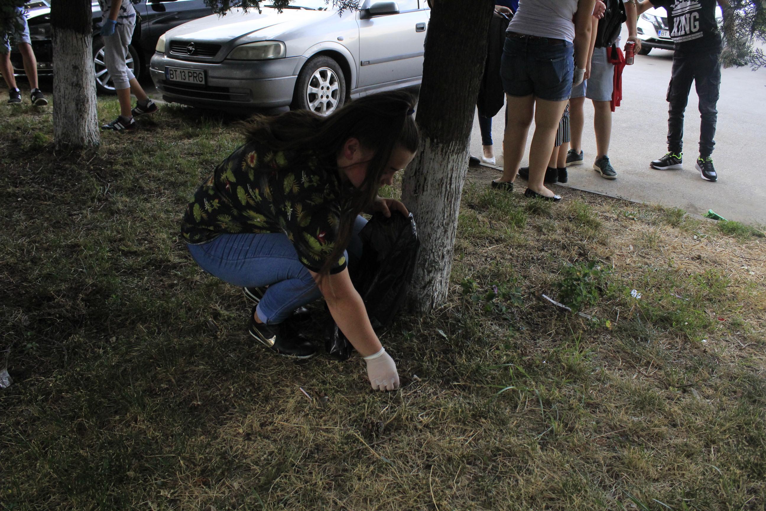 """Peste 200 de copii și tineri au strâns chiștoacele din  parcul """"Mihai Eminescu"""""""