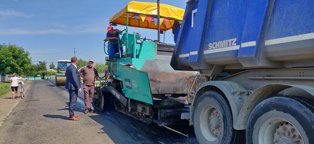 Lucrări de reparații prin turnare de covoare asfaltice pe câteva drumuri din județ