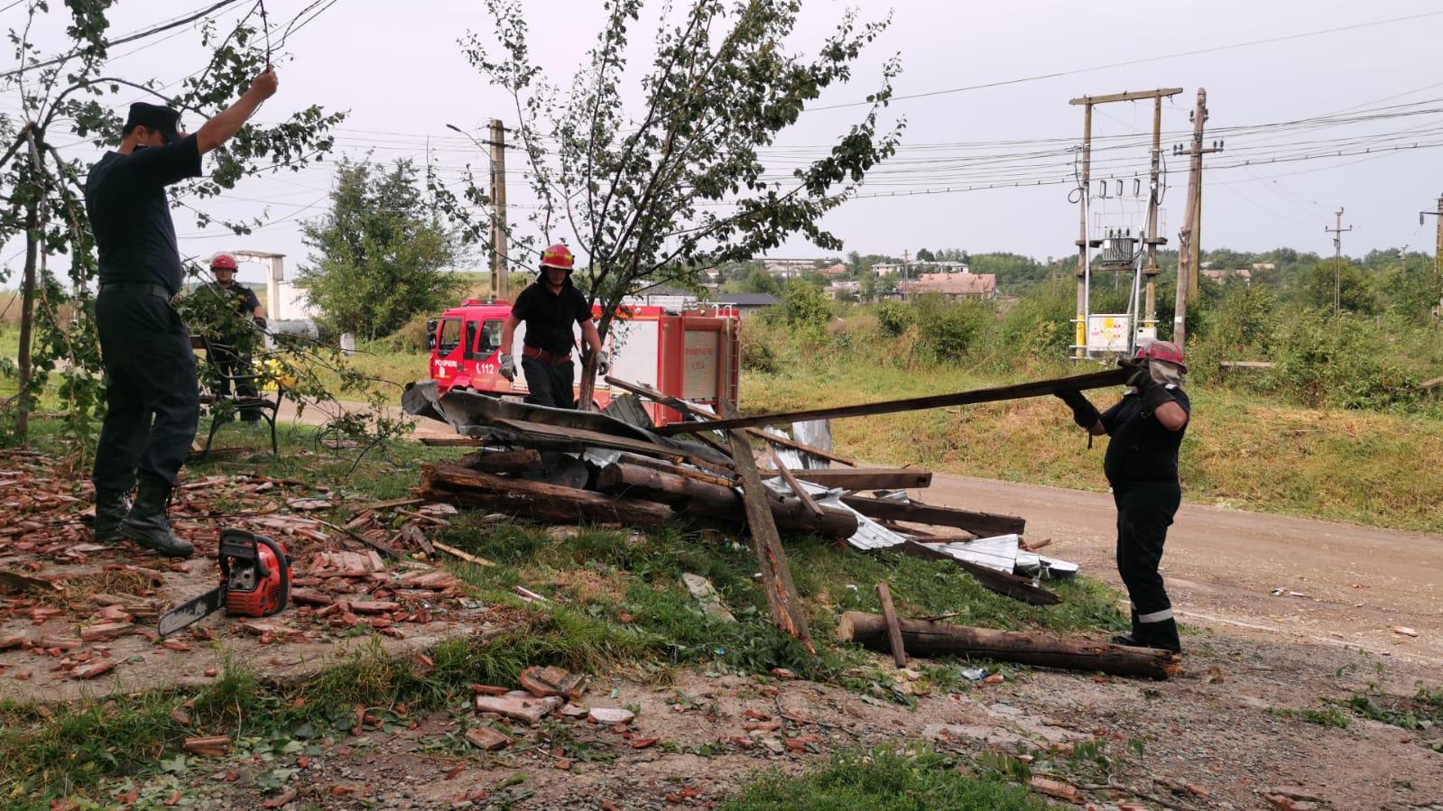 Pompierii botoșăneni au efectuat zeci de misiuni pentru înlăturarea efectelor furtunii de ieri