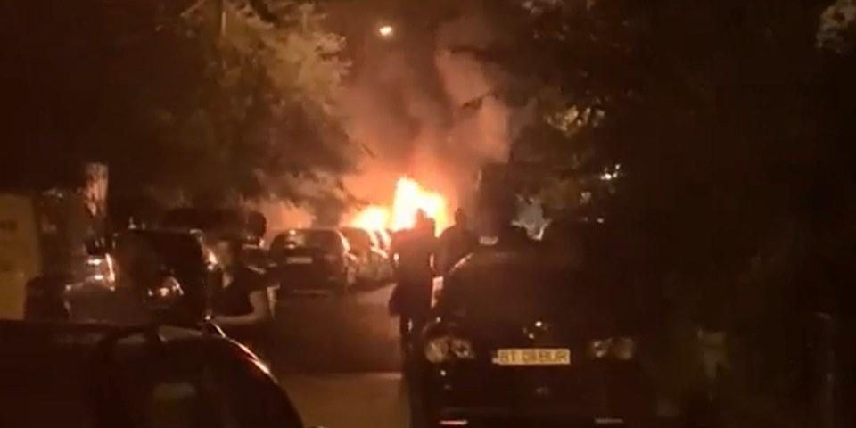 Patru mașini incendiate de un piroman, aseară, în municipiul Botoșani