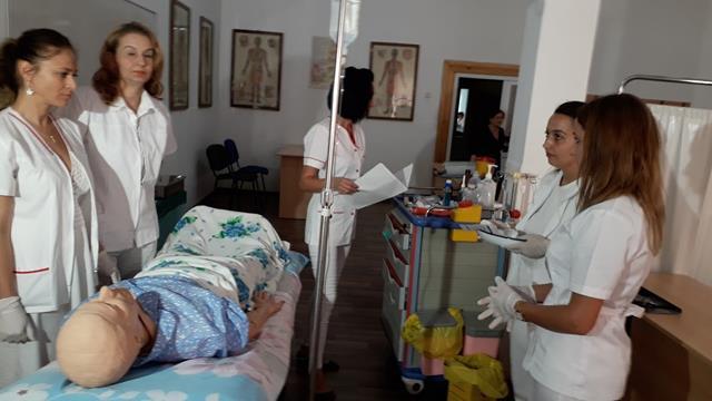 Asistenți medicali pregătiți după standarde europene la Botoșani