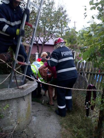 DANGENI:  Femeie salvată de pompieri după ce a căzut într-o fântână