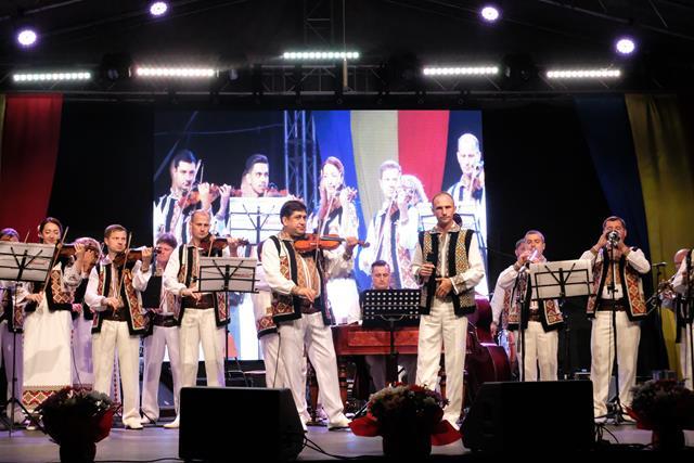 """VIDEO/FOTO  –  STAUCENI:  A- XVI-a ediţie a Festivalului folcloric """"Vatra Satului cu orchestra Lăutarii și Proconsul, recital în miez de noapte"""