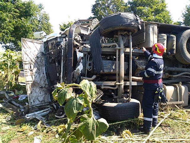 Camion cu bitum răsturnat pe DJ 293, între localitățile Stânca și Havana