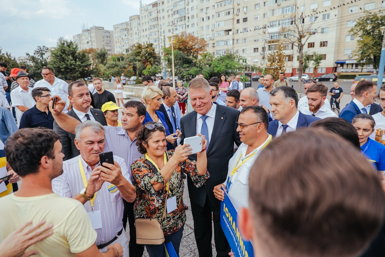 Motivele pentru care românii semnează în număr mare pentru candidatura lui Iohannis. GALERIE FOTO