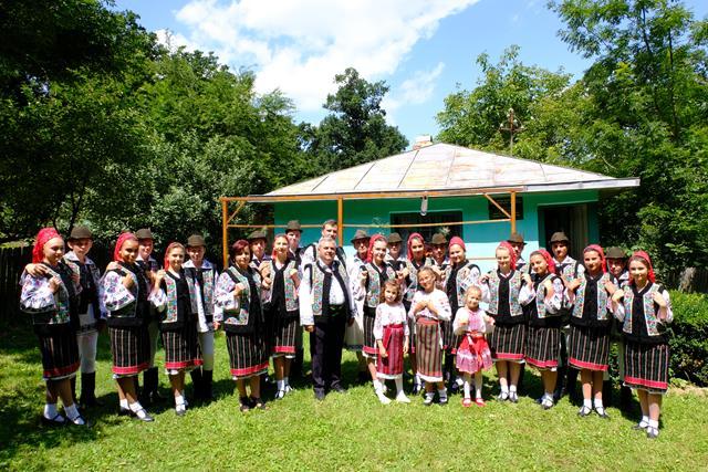 La Bălușeni, în Țara de Sus, o mână de tineri, feciori și fete, au simțit chemarea neamului și glasul pământului
