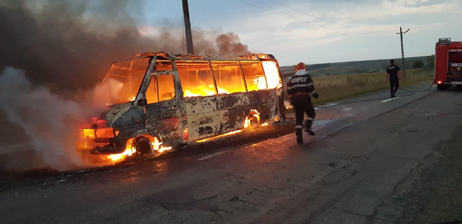 Microbuz în flăcări pe raza satului Silișcani