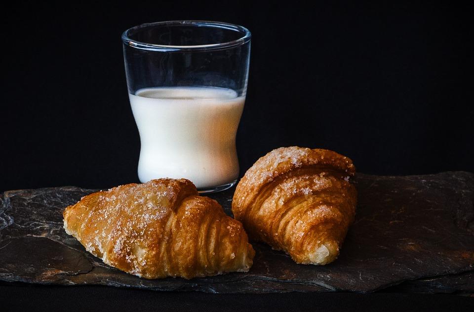 Lapte, corn și fructe pentru toți elevii și copii din grădinițele de stat, în anul scolar 2019-2020