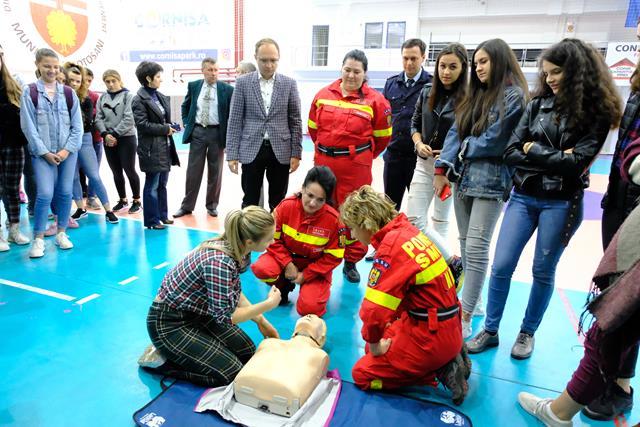 Peste 2.000 de elevi și adulți au exersat astăzi, pe manechine, tehnicile de prim-ajutor care pot reda funcțiile vitale ale organismului