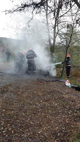 Autoturism în flăcări în comuna Roma