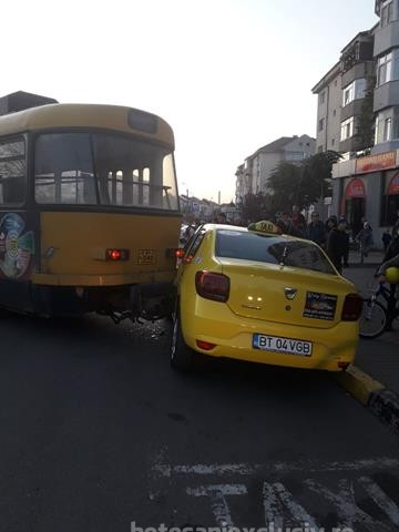 FOTO/ Accident pe Calea Nationala. Un tramvai a deraiat si a izbit un taxi