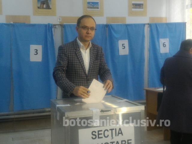 Viceprimarul municipiului, Cosmin Andrei la vot alături de soție