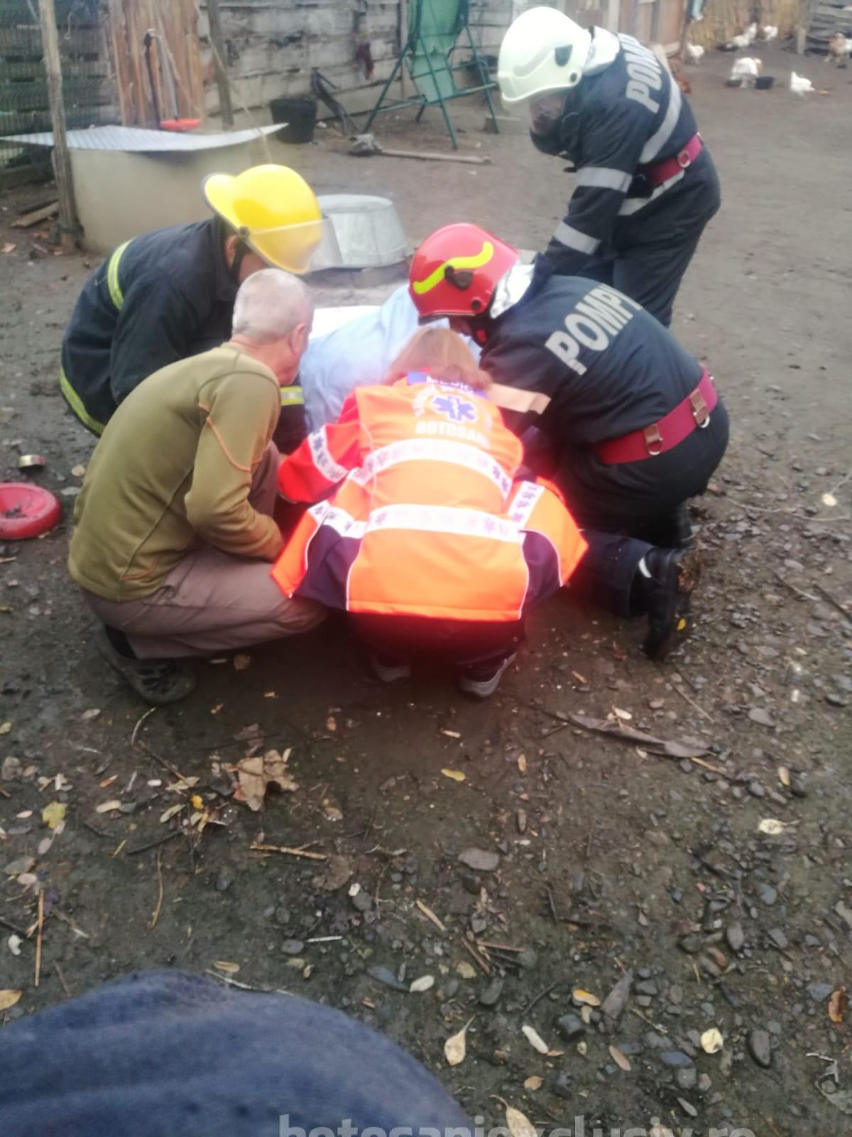 FOTO/   Femeie căzută în fântână adâncă de 17 metri, salvată se pompieri