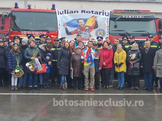 VIDEO/FOTO  Iulian Rotariu, pompierul campion, așteptat cu aplauze,flori și lacrimi de bucurie de familie, prieteni și colegi