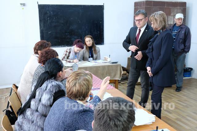 FOTO/  Deputatul Marius Budai a votat alaturi de familie in comuna Curtesti