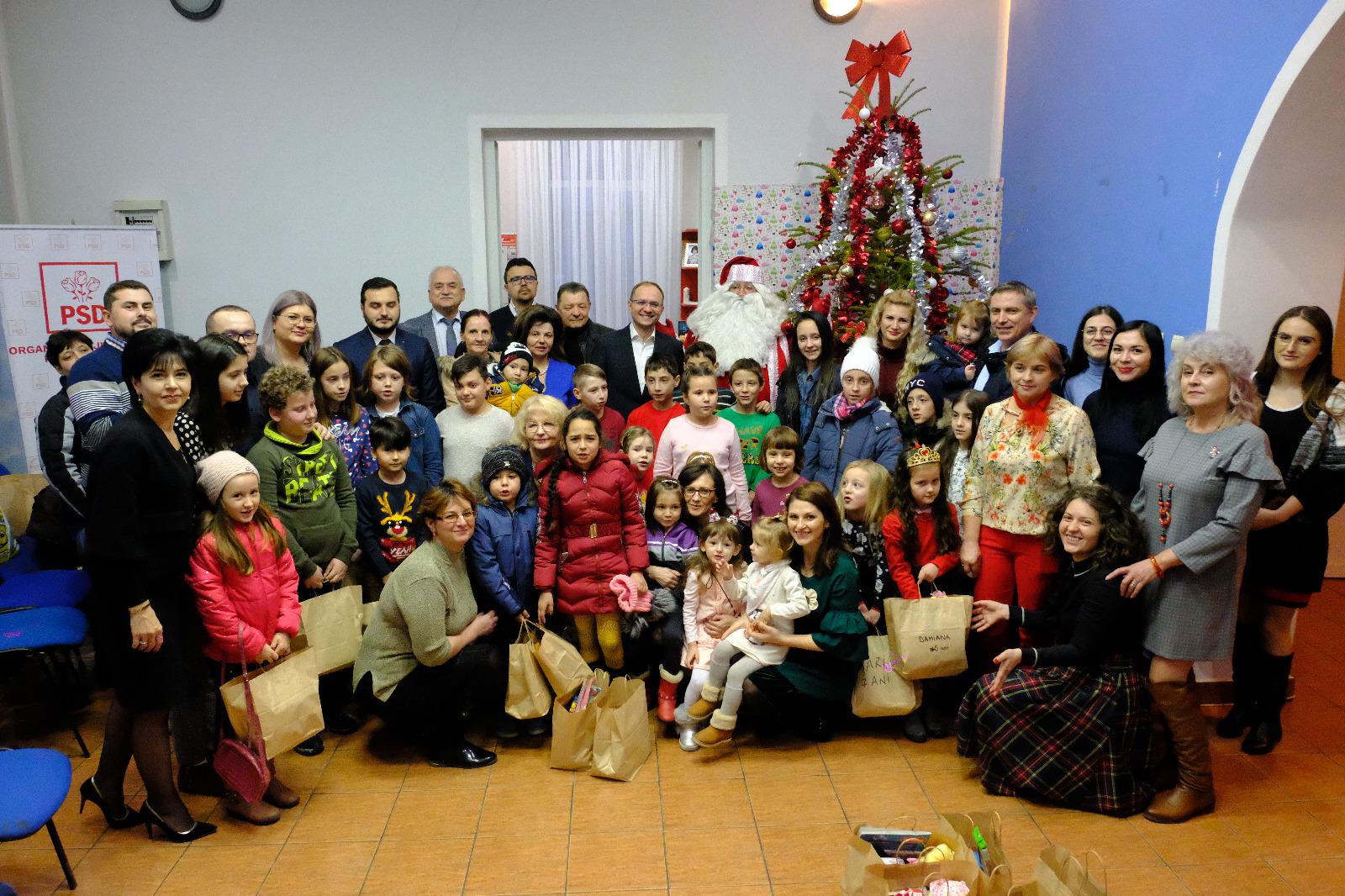 Moș Crăciun a oferit cadouri la sediul PSD Botoșani