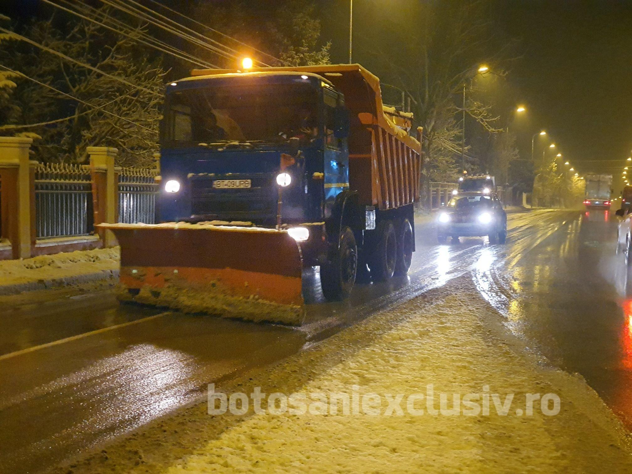 VIDEO/FOTO    Utilajele URBAN SERV au ieșit la deszăpezire până târziu în noapte, după prima ninsoare