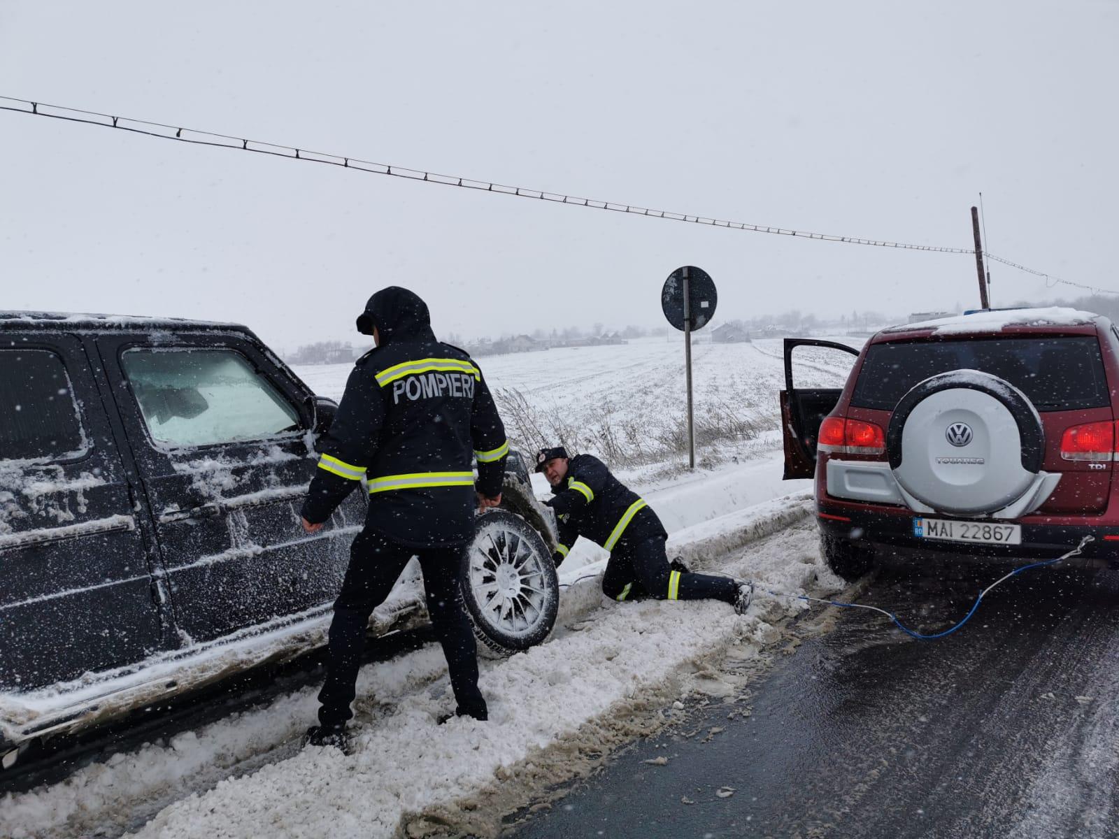 Echipajul ISU Botoșani care se afla in monitorizarea drumurilor, a scos din sant doua autoturisme pe drumul Botoșani-Suceava