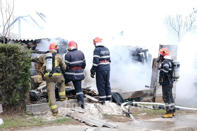 Doi frați au rămas fără casă în urma unui incendiu