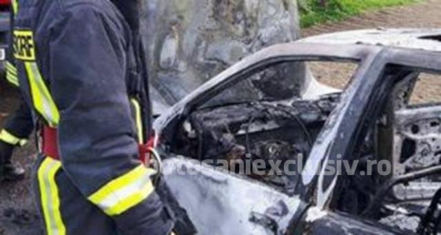 Autoturism distrus într-un incendiu