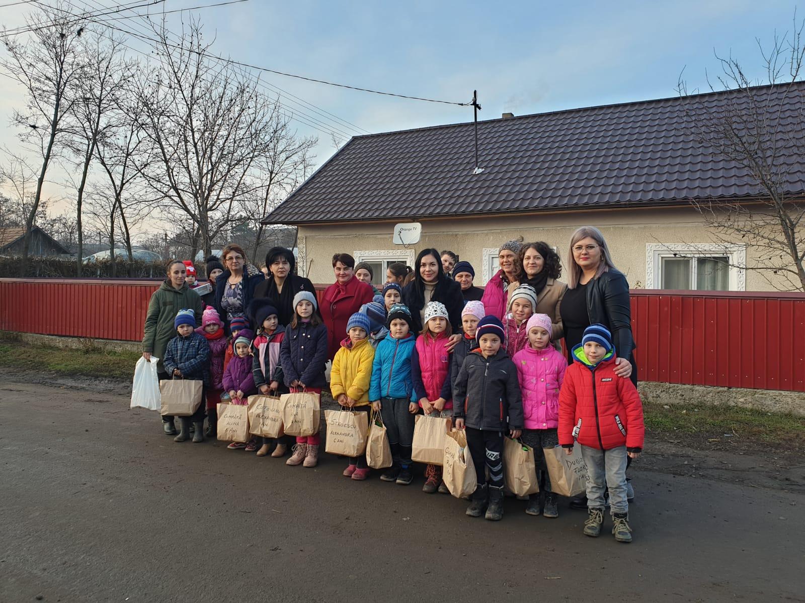 FOTO/   Zeci de copii din județ au primit cadouri de la femeile social-democrate