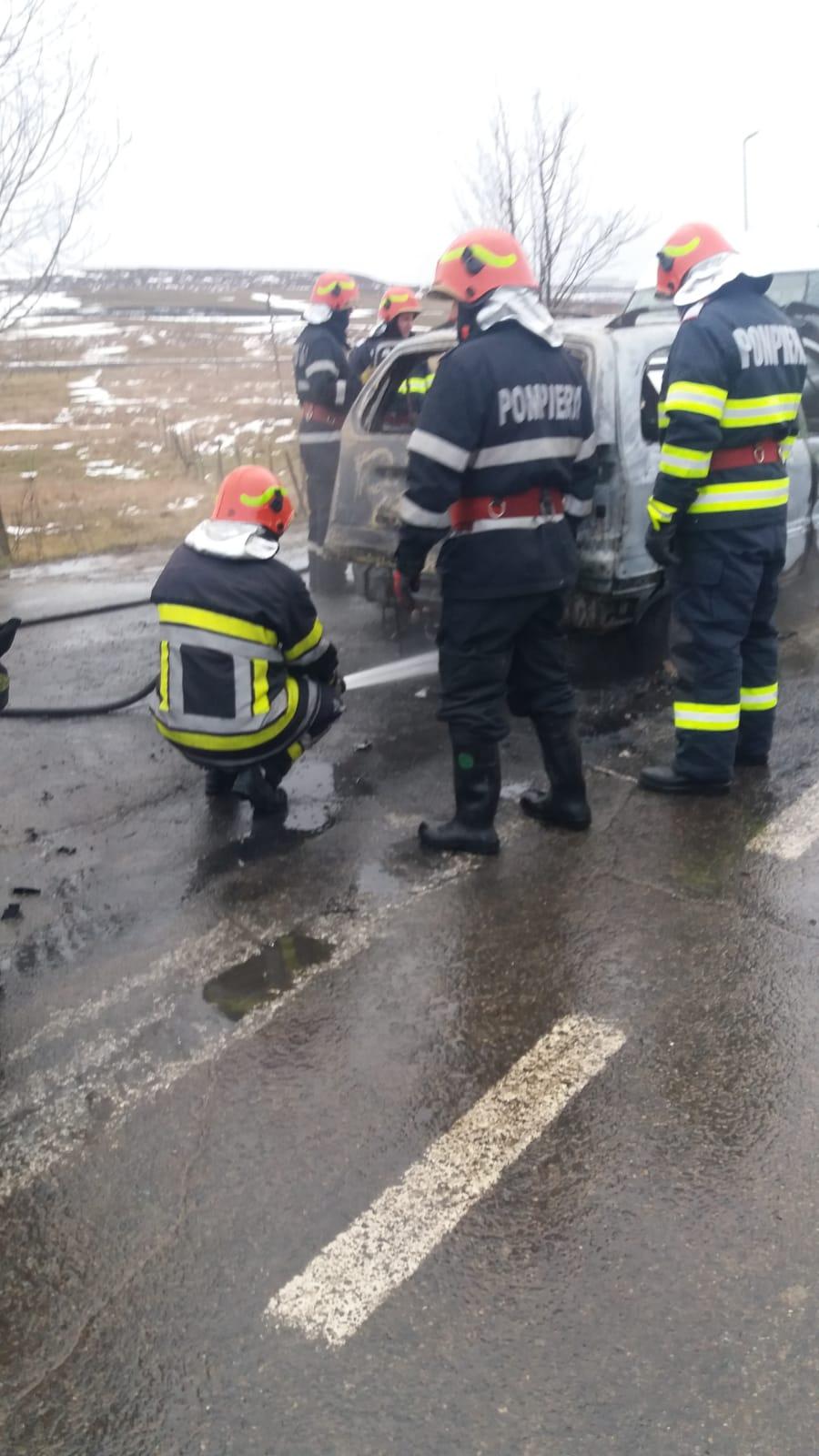 UPDATE / ACCIDENT GORBĂNEȘTI: Femeie scoasă din mașina în flăcări de un pompier aflat în timpul liber