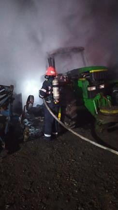 Utilaje agricole în flăcări, într-o gospodărie din Lozna