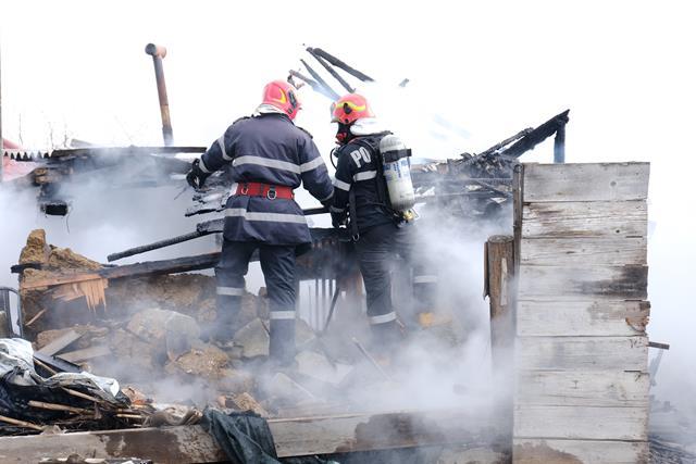 Casă distrusă de flăcări în localitatea Dealu Mare