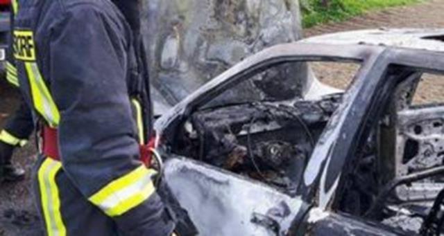 Autoturism distrus de flăcări