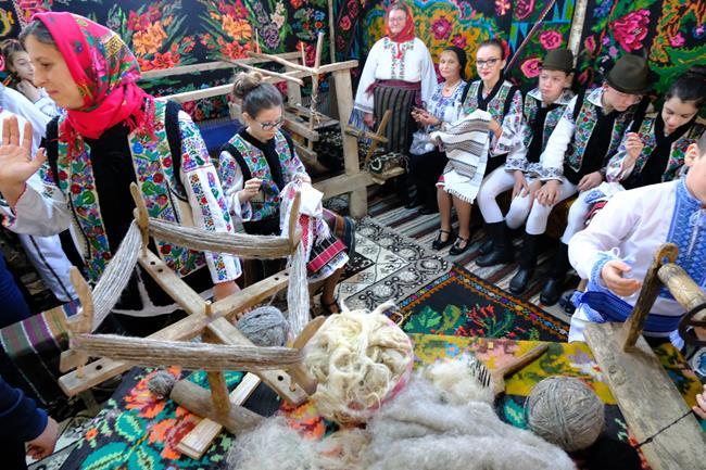 VIDEO/FOTO    BĂLUȘENI:  Sute de oameni au participat la prima ediție a Șezătorilor Iernii