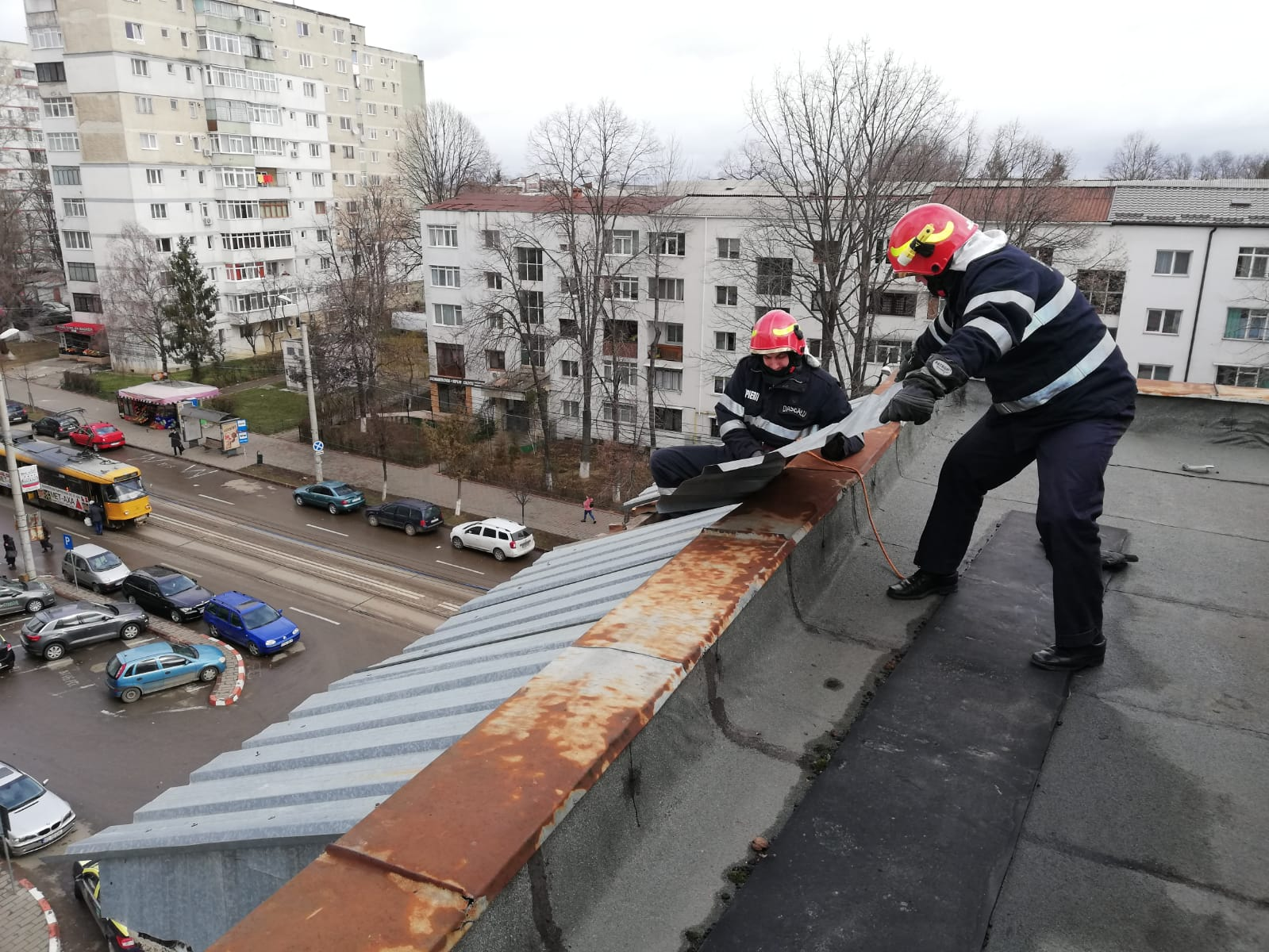 Ca urmare a manifestării fenomenelor meteorologice au avut loc zeci de intervenţii ale pompierilor, în urma apelurilor laserviciul de urgență
