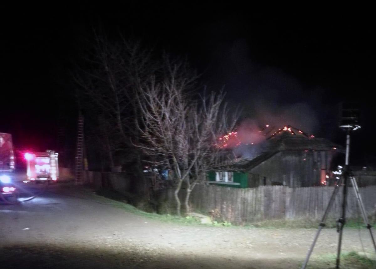 SAT VICTORIA:  Casă distrusă de un incendiu provocat de un coș de fum necurățat