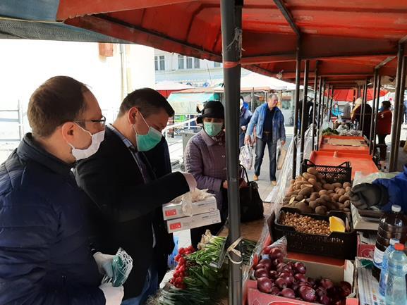 Materiale sanitare care să ajute la limitarea răspândirii coronavirusului împărțite în Piața Centrală
