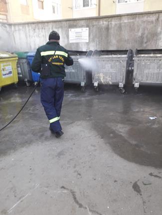 Urban Serv dezinfectează platformele de gunoi din municipiu
