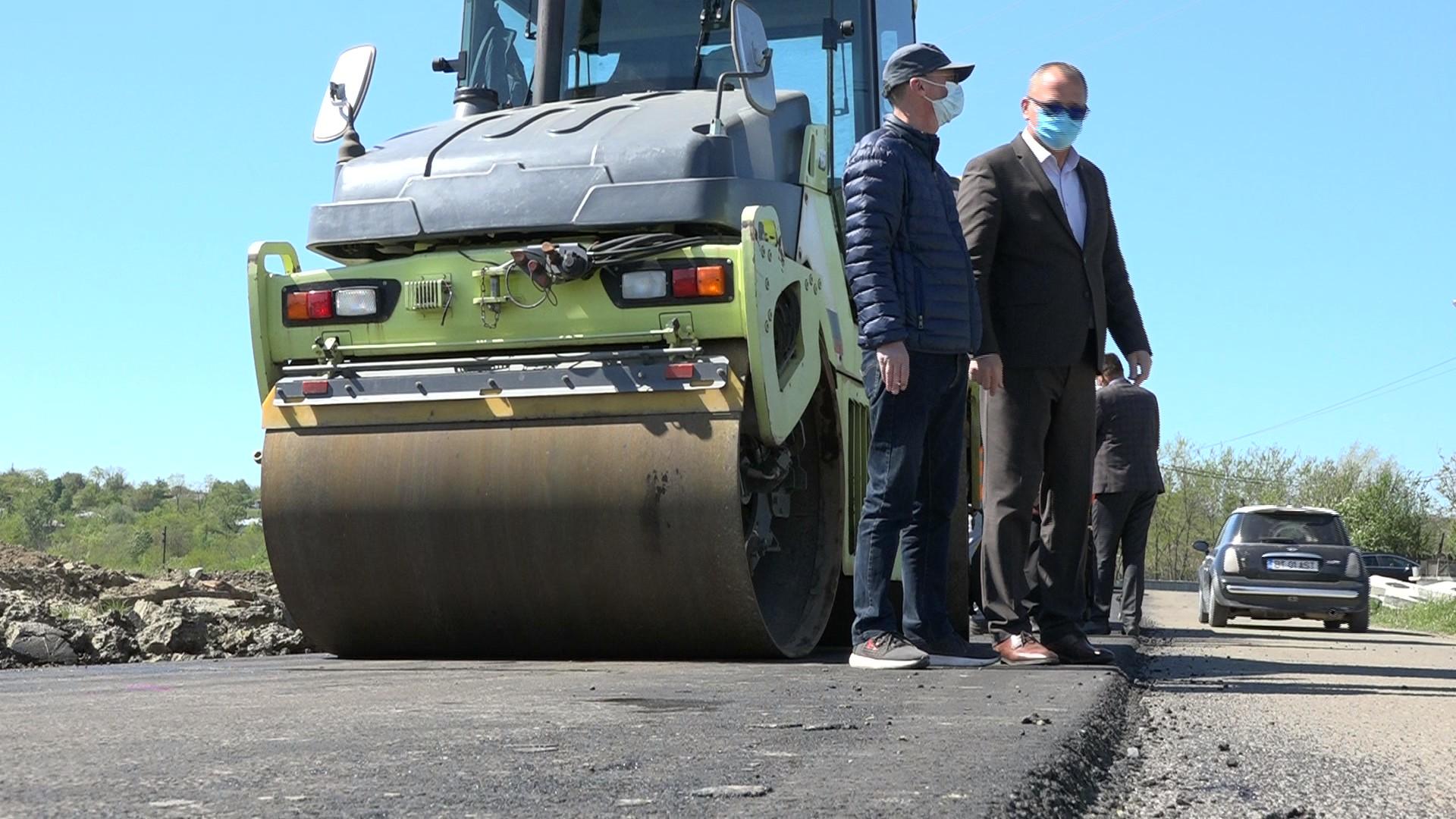 FOTO/VIDEO   BROSCAUTI: Covor asfaltic turnat în prezența vicepreședintelui CJ , Dorin Birta
