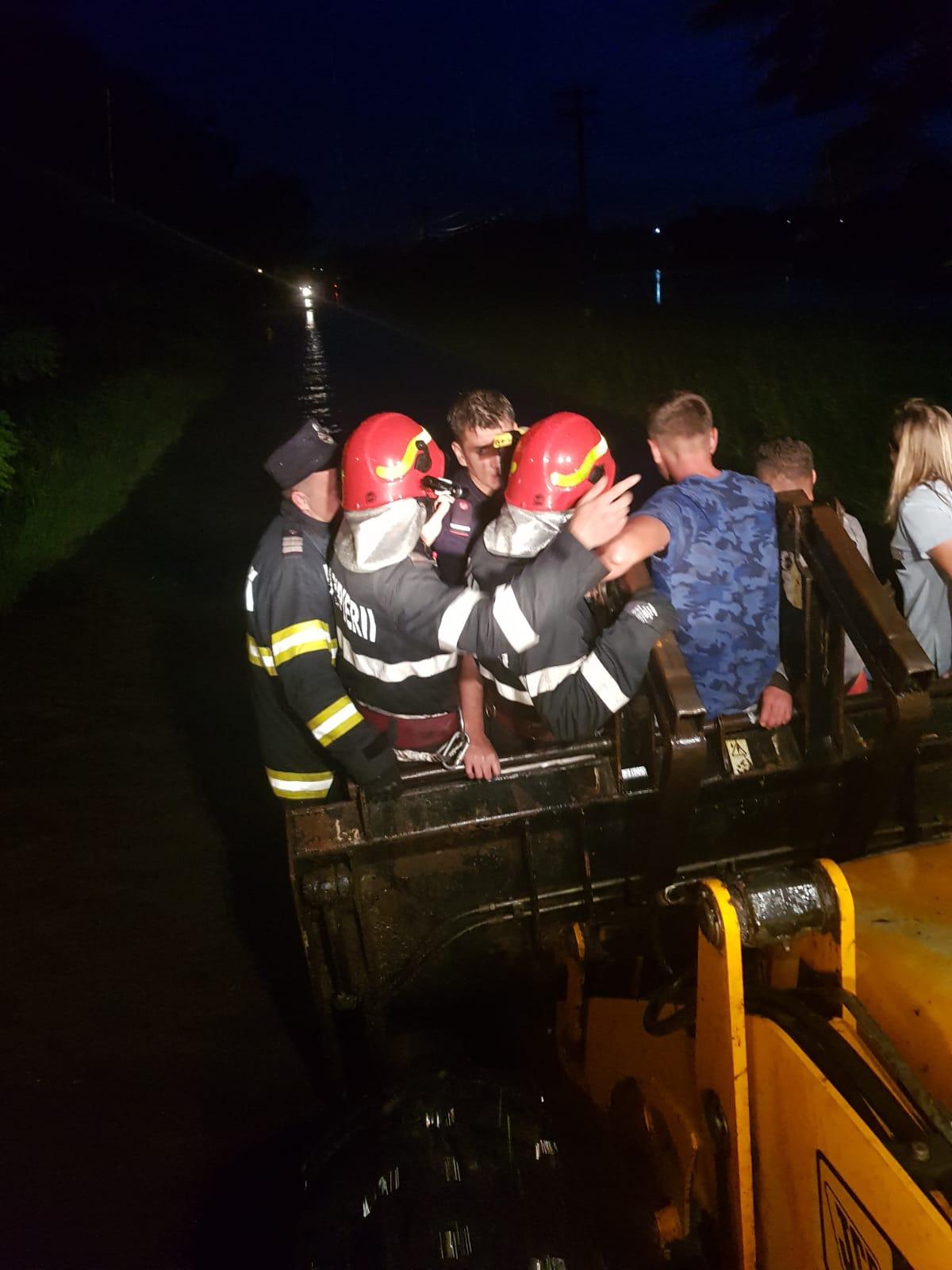 VIDEO/  POTOP la Rădăuți Prut!  Persoane salvate dintr-o mașină luată de viitură