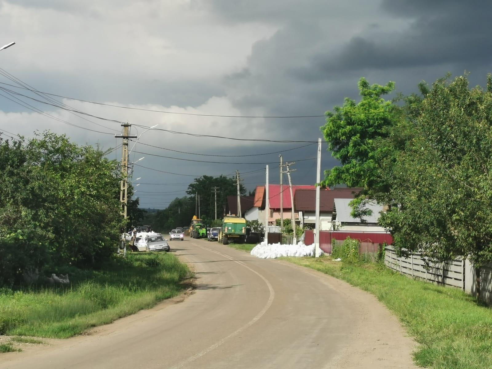 FOTO / Populația din Rădăuți Prut și Rediu avertizată să nu revină în locuințele din zonele inundabile. Câteva mii de saci cu nisip vor fi folosiți  împotriva apelor