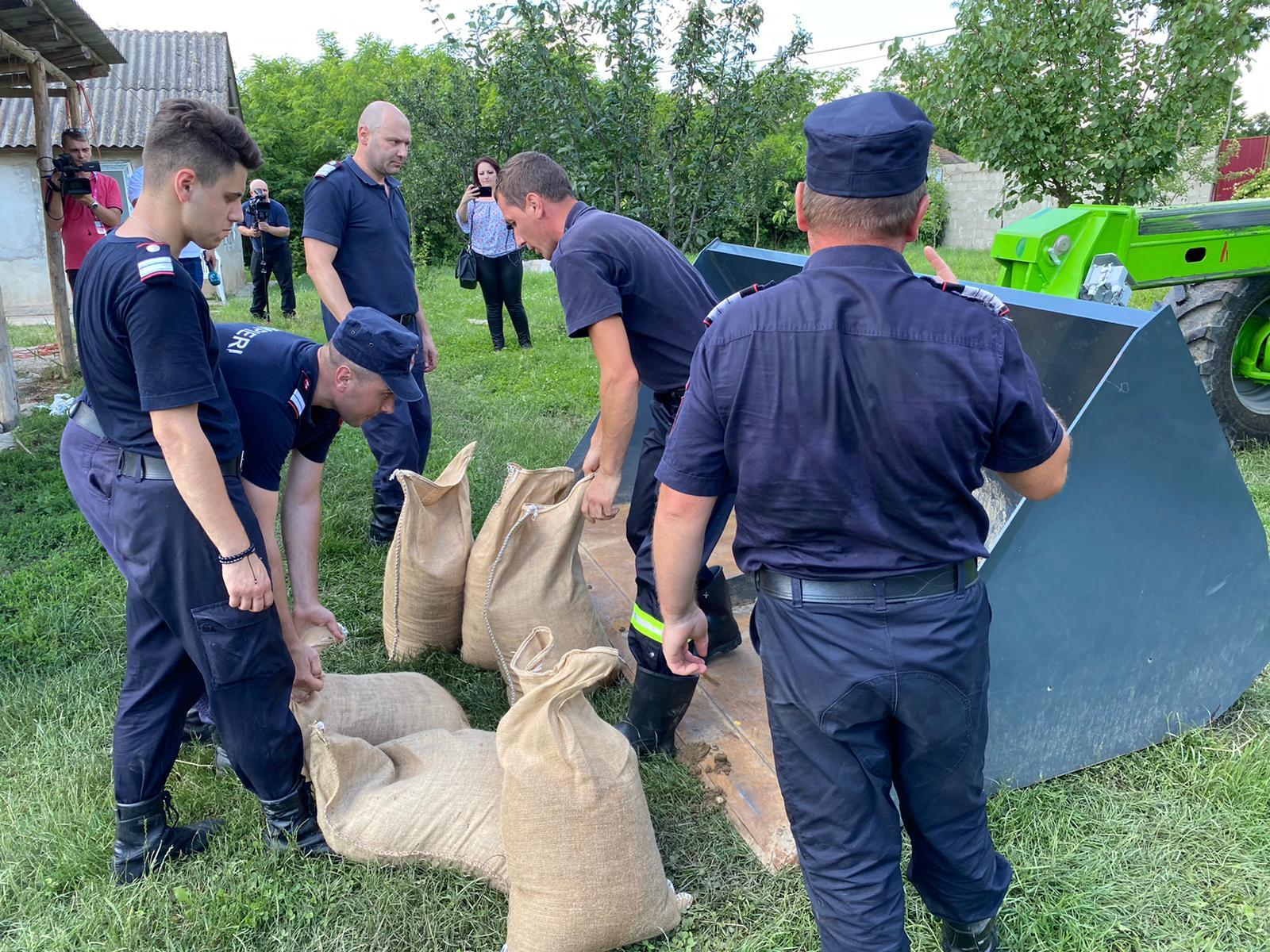 FOTO/ Peste 100 de pompieri militari și voluntari au intervenit în sprijinul populației afectate de inundații cauzate fie de creșterea nivelului râului Prut