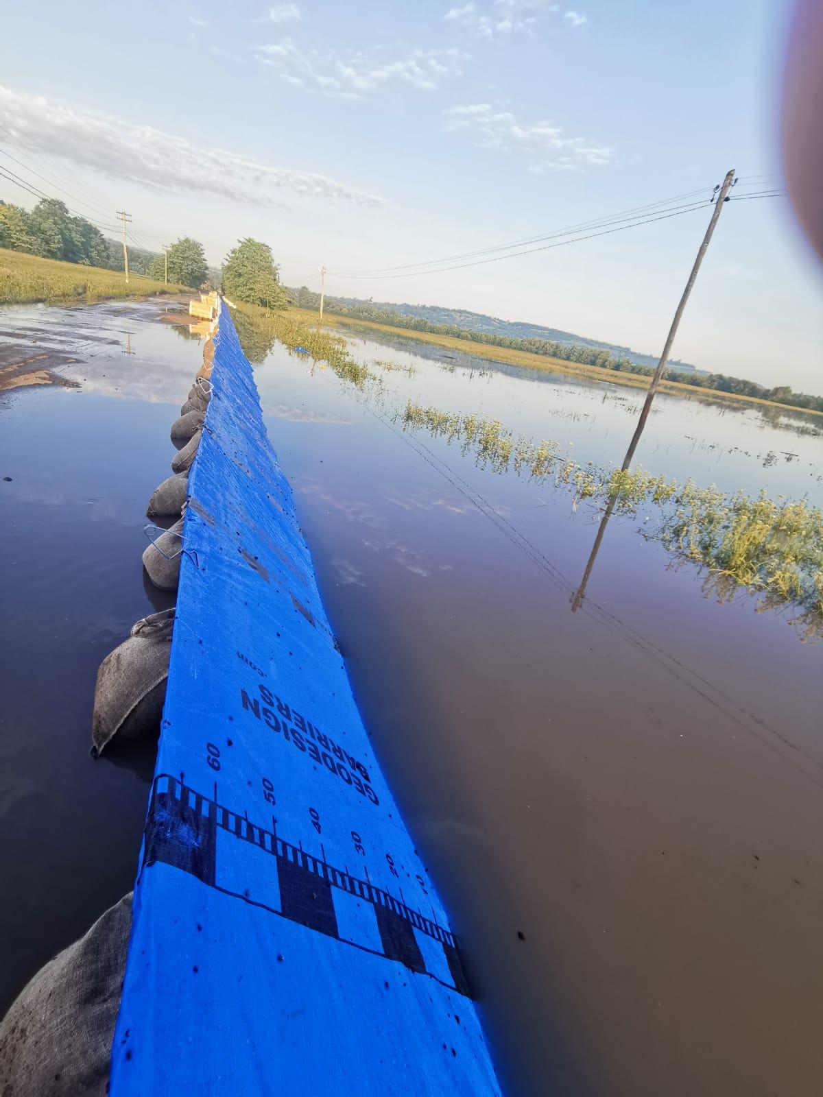 Râul Prut a inundat câteva grădini și un drum național