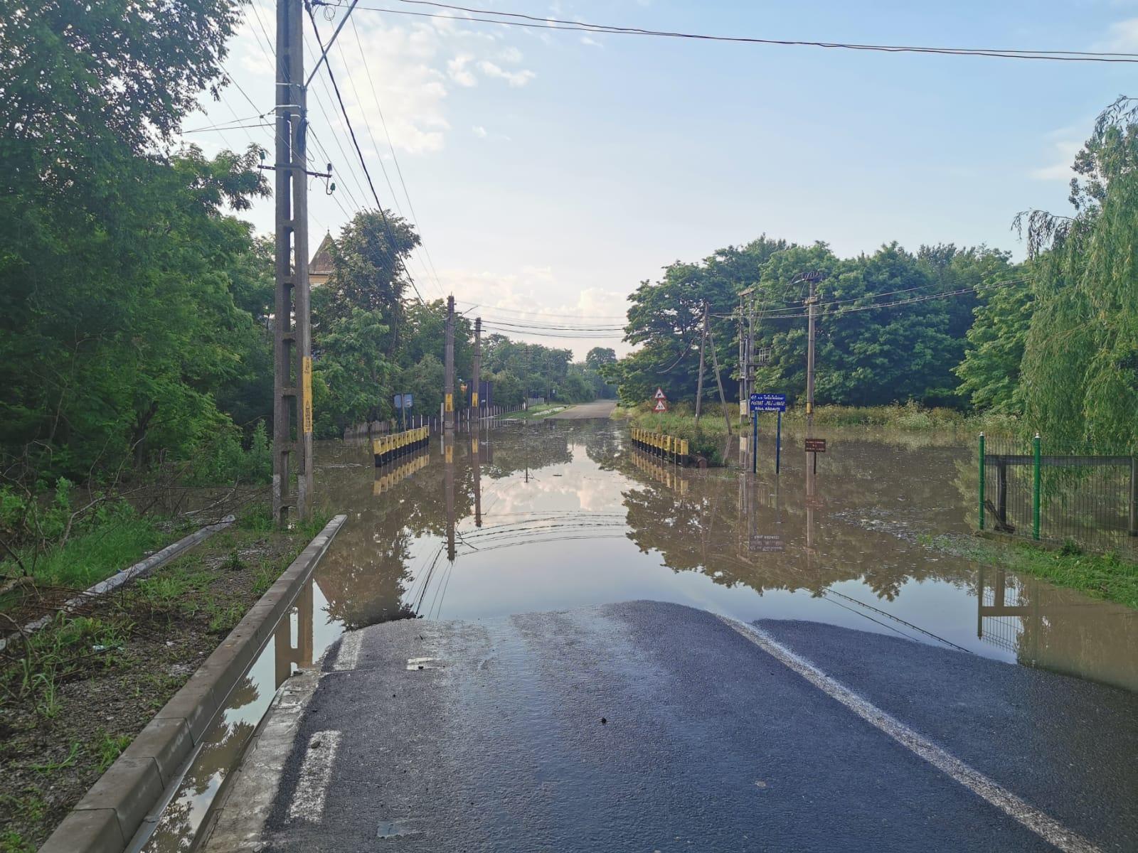 Drumuri, podețe și sute de hectare de culturi agricole distruse de ploi și inundațiile din luna iunie