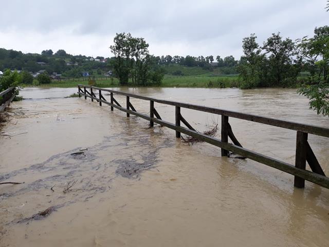 Pericol de inundatii la Oroftiana! Au fost evacuate 1300 oi, cinci cabaline, 13 bovine și 25 persoane