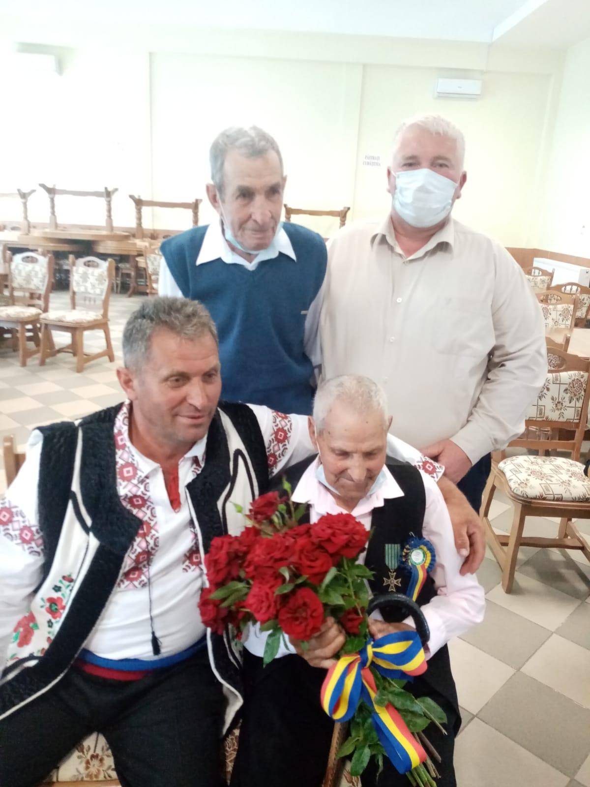 FOTO/ Veteran de război sărbătorit la împlinirea vârstei de 100 de ani